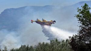 Γαλλικό πυροσβεστικό αεροπλάνο τύπου Καναντέρ (Canadair)  κάνει ρίψεις νερού κατά τη διάρκεια μεγάλης πυρκαγιάς  που  ξέσπασε  στην περιοχή Κουτσουποδέικα, στο δημοτικό διαμέρισμα Μαλανδρενίου του δήμου Άργους Μυκηνών, Κυριακή 19 Ιουλίου 2015. Η φωτιά λόγω και των ισχυρών ανέμων που πνέουν, γρήγορα πήρε διαστάσεις έχει εξαπλωθεί και καίει δασική έκταση, αλλά και καλλιέργειες με ελιές. Στο σημείο έχουν σπεύσει δυνάμεις της Πυροσβεστικής υπηρεσίας με επτά οχήματα και 19 πυροσβέστες όπου επιχειρούν, ενώ το έργο τους συνδράμουν και πολίτες με υδροφόρες και ψεκαστικά, καθώς και τρία αεροσκάφη που κάνουν συνεχείς ρίψεις νερού. Από τη φωτιά δεν απειλούνται κατοικημένες περιοχές.  ΑΠΕ-ΜΠΕ /ΑΠΕ-ΜΠΕ/ΜΠΟΥΓΙΩΤΗΣ ΕΥΑΓΓΕΛΟΣ